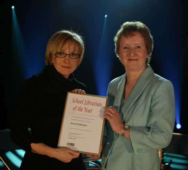 Anne Robinson presents certificate to Anne Robinson © SLA 2005